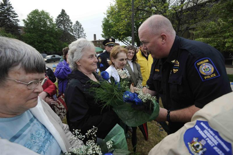 Deputy Chief Moen presents roses to the family members
